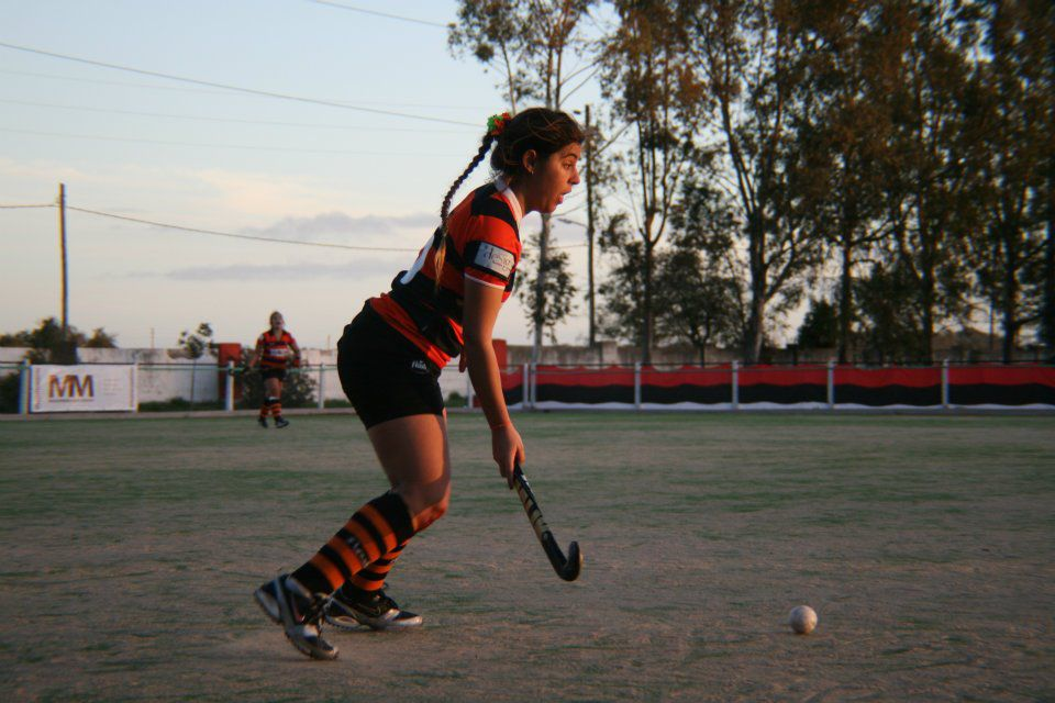 Hockey Línea B – Empate para seguir tranquilas